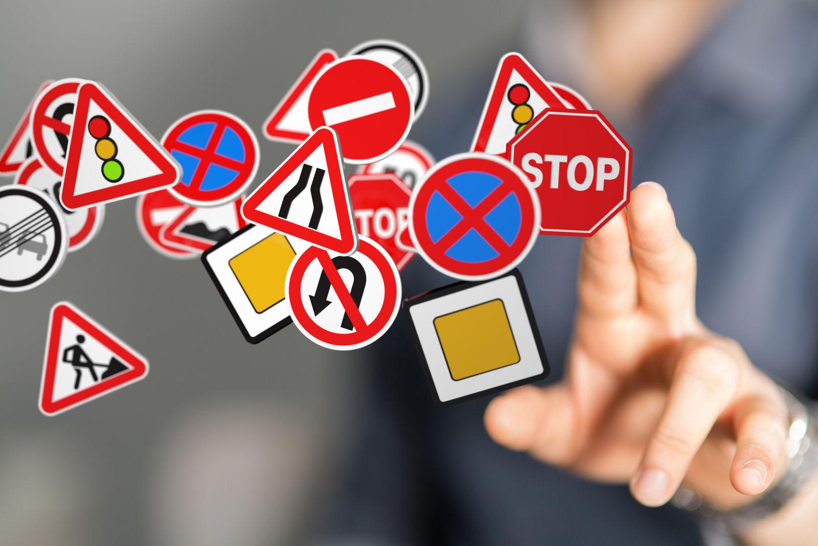 Foto van verschillende verkeersborden voor een theoriecursus